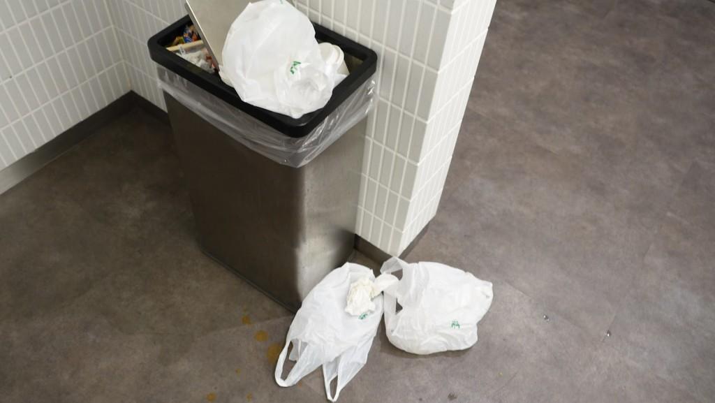 溢れかえるゴミ箱
